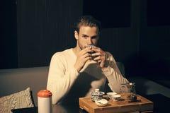 Parzenie herbaty pojęcie obrazy royalty free