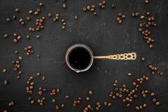 Parzenie kawa w tureckiej kawy garnku Czarnego tła odgórny widok obrazy royalty free