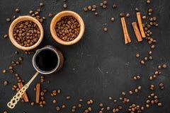 Parzenie kawa w tureckiej kawy garnku Czarny tło odgórnego widoku copyspace obraz royalty free