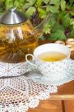 Parzenie osuszka na stole i herbata Zdjęcia Royalty Free