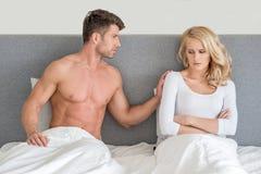 Pas dans de jeunes couples de bons termes sur le lit Images libres de droits