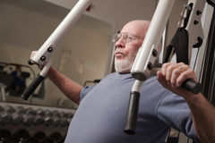 Pas de Hogere Mens in de Gymnastiek royalty-vrije stock fotografie
