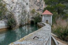 Pas door de kleine dam stock afbeeldingen