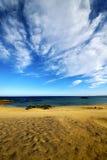 pas en eau et été de plage de nuage de Lanzarote photographie stock libre de droits