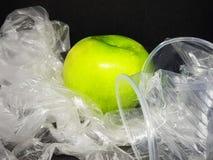 pas en plastique laissez le combat ensemble photographie stock libre de droits