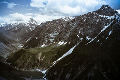 Pas met de gletsjer en groen gras Fann Mountains tajikistan Stock Afbeeldingen