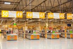 Pas ruchu gotówkowy biurko w Globusu supermarkecie, Moskwa region Fotografia Royalty Free