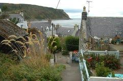 Pas ruchu przez wioski Gardenstown, Szkocja fotografia royalty free