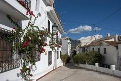 Pas ruchu z typowymi białymi hiszpańskimi domami w Altea, Costa Blanca zdjęcie stock