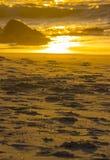 Pas sur le sable au coucher du soleil photos stock