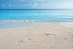 Pas sur le sable d'une plage cubaine Photo stock