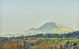 Pas un nuage dans le ciel, mais une montagne vraiment grande Photo libre de droits