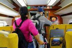 Pasażery stoi w pociągu obraz stock