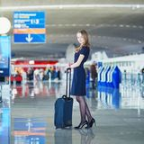 Pasażer lub steward w lotnisku międzynarodowym z ręka bagażem fotografia royalty free
