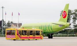 Pasażer samolotu odrzutowego samolot Aerobus A320 S7 Airlines na lotnisku Autobusowy strumieniem blisko jest gotowy dostawać pasa zdjęcia royalty free
