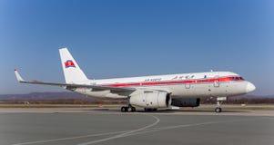 Pasażer samolotu odrzutowego samolotu Tupolev Tu-204 Air Koryo korea północna na pasie startowym Lotnictwo i transport obrazy stock