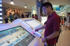 Pasażer używa informacja stojaka w Dubaj lotnisku zdjęcia stock