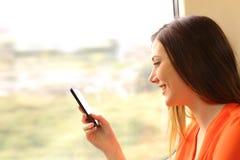 Pasażer używa telefon komórkowego w pociągu obraz royalty free