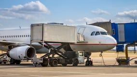 Pasażera samolotu odrzutowego samolot dokujący na lotniskowej bramie Zdjęcie Stock