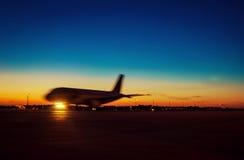 Pasażera samolotu odrzutowego samolot przeciw pięknemu ciemniusieńkiemu niebu zdjęcia royalty free