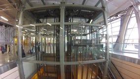 Pasażera use eskalator w lotnisku i winda zbiory