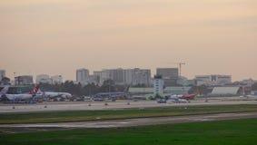 Pasażerscy samoloty dokuje przy lotniskiem obrazy stock