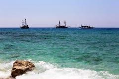 Pasażerscy statki przy morzem pod jasnym niebem fotografia stock