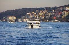 Pasażerska łódź i Istanbuł panoramiczny widok Obraz Royalty Free