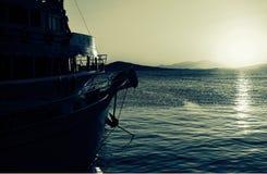 Pasażerska łódź przy marina przy półmrokiem zdjęcia royalty free