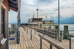 Pasażerska łódź przy molem w Chiemsee jeziorze, Bavaria, Niemcy obrazy stock