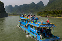 Pasażerska łódź robi wycieczce między Guilin w Yangshuo w Li rzece w Guangxi regionie, Chiny Obraz Stock