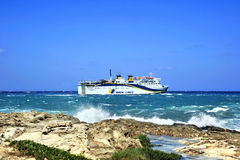 Pasażerska łódź w szorstkim morzu Zdjęcia Royalty Free