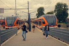 pasażerska kolejka przy stacją kolejową w kapitale Europa Zdjęcie Stock
