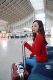 Pasażerska podróżnik kobieta w dworcu obrazy stock