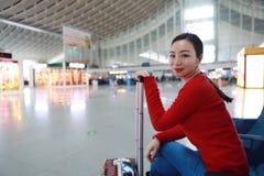 Pasażerska podróżnik kobieta w dworcu zdjęcia stock