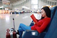 Pasażerska podróżnik kobieta w dworcu i czytającej książce obrazy royalty free