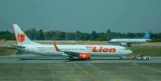 Pasażerska samolotowa kurtyzacja przy lotniskiem zdjęcie royalty free