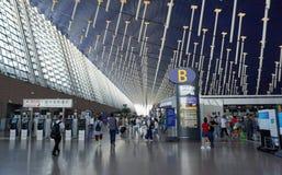 Pasażerski odprowadzenie wokoło Shanghai Pudong lotniska międzynarodowego T zdjęcie stock