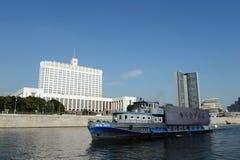 Pasażerski rzecznej łodzi ` Jules Verne ` na Moskwa rzece jako spławowy reklama statek zdjęcie stock