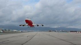 Pasażerski samolot bierze daleko zbiory