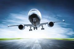 Pasażerski samolot bierze daleko na pasie startowym royalty ilustracja