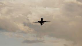 Pasażerski samolot bierze daleko przy zmierzchem przeciw tłu bardzo piękne chmury Zdjęcie Royalty Free
