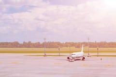 Pasażerski samolot ląduje pas startowy lotnisko Fotografia Royalty Free