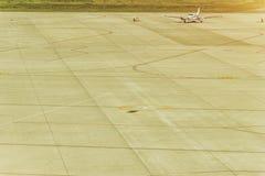 Pasażerski samolot ląduje pas startowy lotnisko Zdjęcia Stock