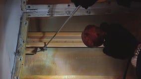 Pasażerski samolot na ciężkim utrzymaniu Pusta pasażerska kabina z rozmontowywającymi siedzeniami Sprawdza metal zdjęcie wideo