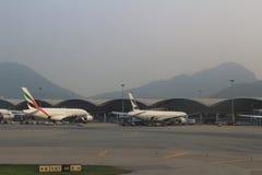 Pasażerski samolot na pasie startowym Hong Kong obraz royalty free