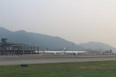 Pasażerski samolot na pasie startowym Hong Kong zdjęcia royalty free