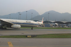 Pasażerski samolot na pasie startowym Hong Kong fotografia stock