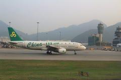 Pasażerski samolot na pasie startowym Hong Kong zdjęcia stock