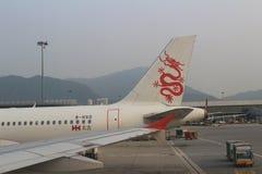 Pasażerski samolot na pasie startowym Hong Kong obraz stock